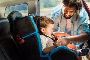 Barn sidder i autostol